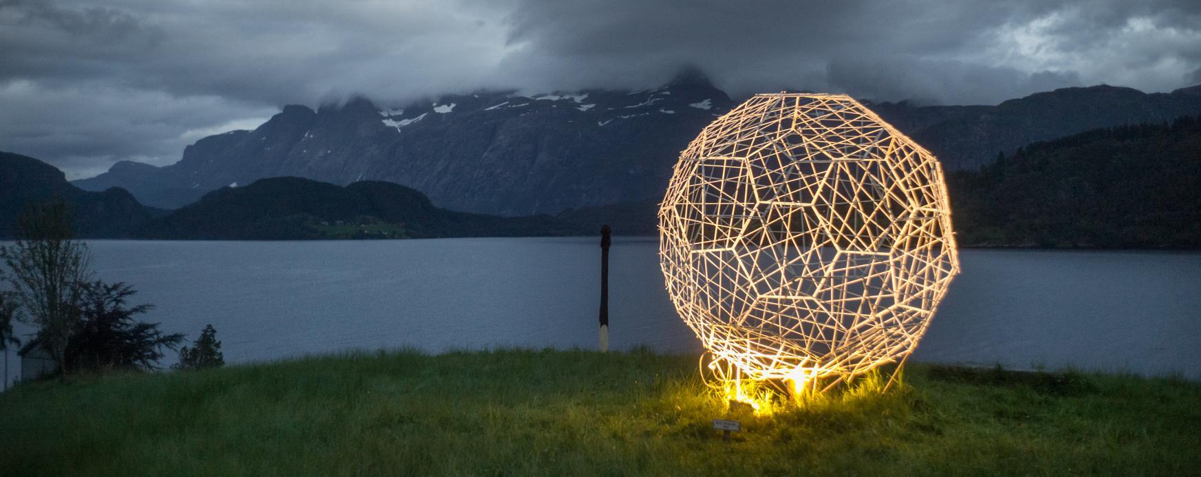 Skulptur av Britt Smelvær vid Førdefjorden