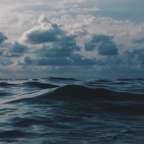 Klimatforskningsföredrag av Nordens institut på Åland. Bilden visar mörkt hav och ovädersmoln.