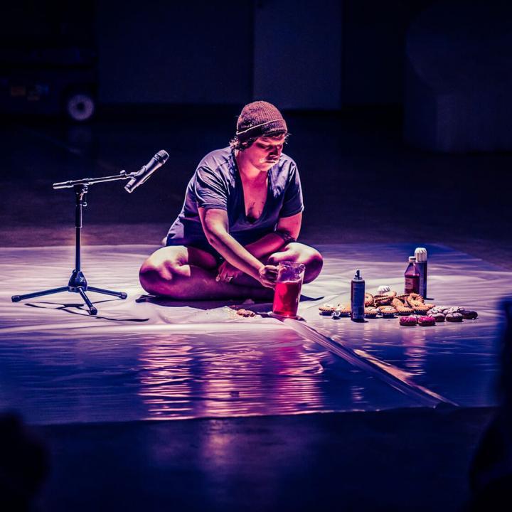 Jonah Jürgen Bogle presenterar en performance med fem scener ur en livsberättelse på Nordens institut på Åland