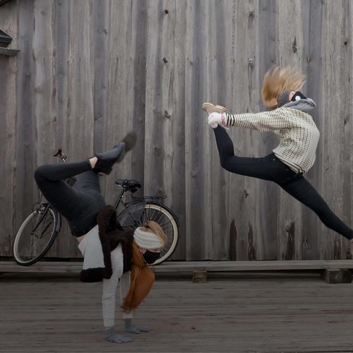 Bilden visar en av dansövningarna under inspelningen av Åland Dansar. Foto: Tinca Björke för Nordens institut på Åland.