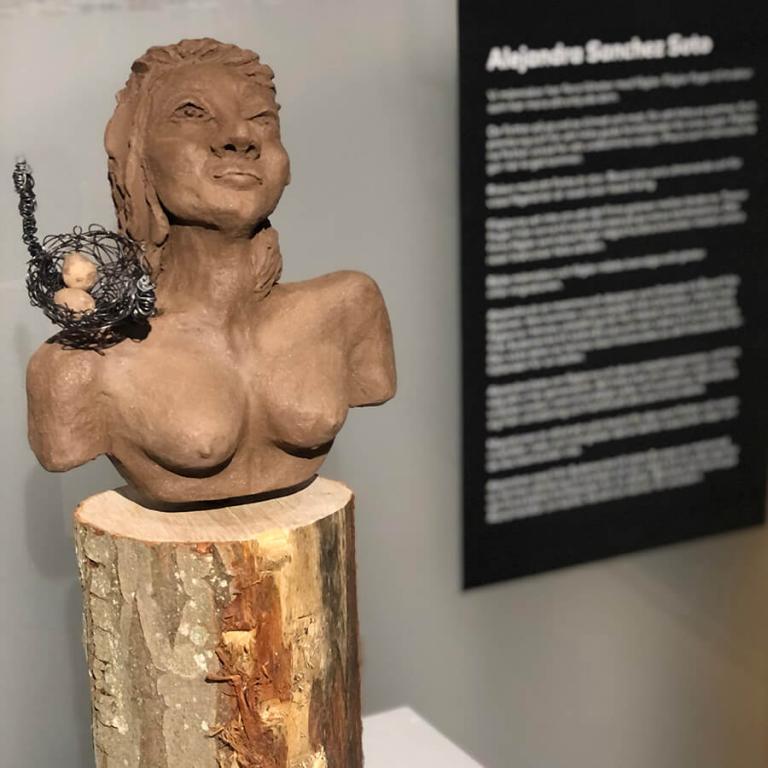 """Bild av Alejandra Sanches Sotos skulptur """"Fågelkvinna""""."""