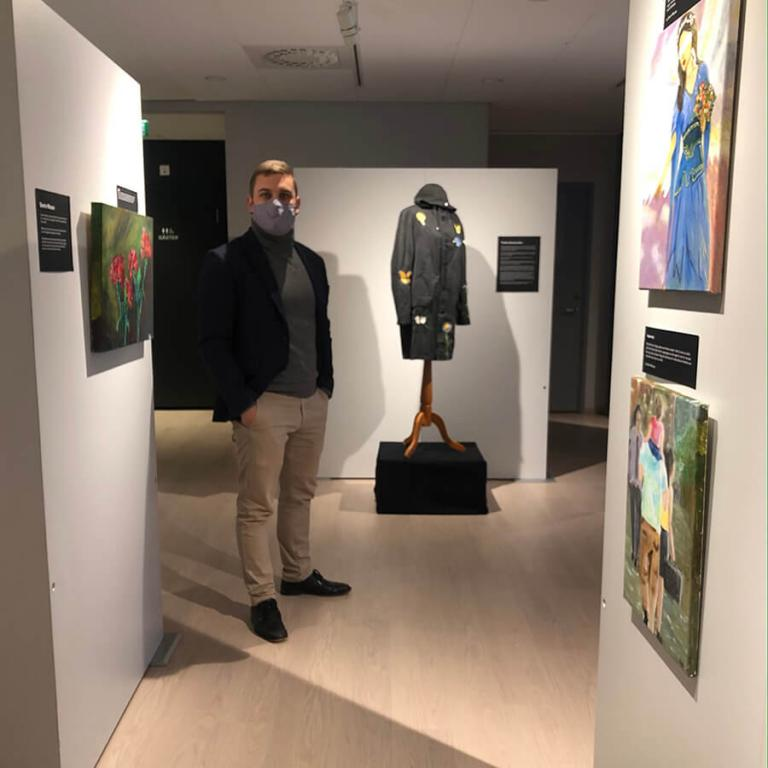 Dan Sundqvist in the middle of the exhibition in front of Tindra Svartströms and Sherin Moussas artwork.