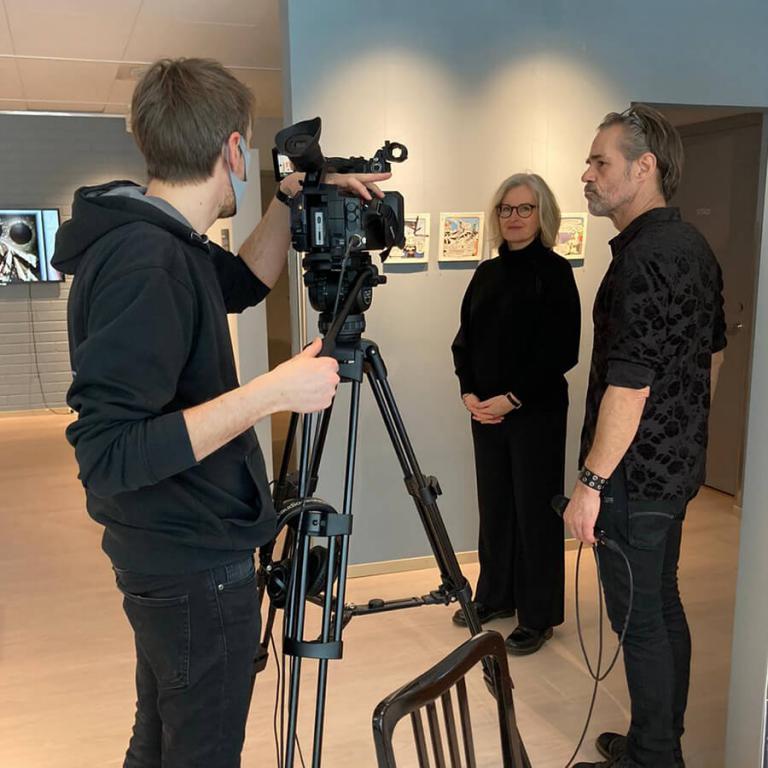 Audiotrade filmar och Nicklas Lantz intervjuar Giséla Linde som är en av utställarna.