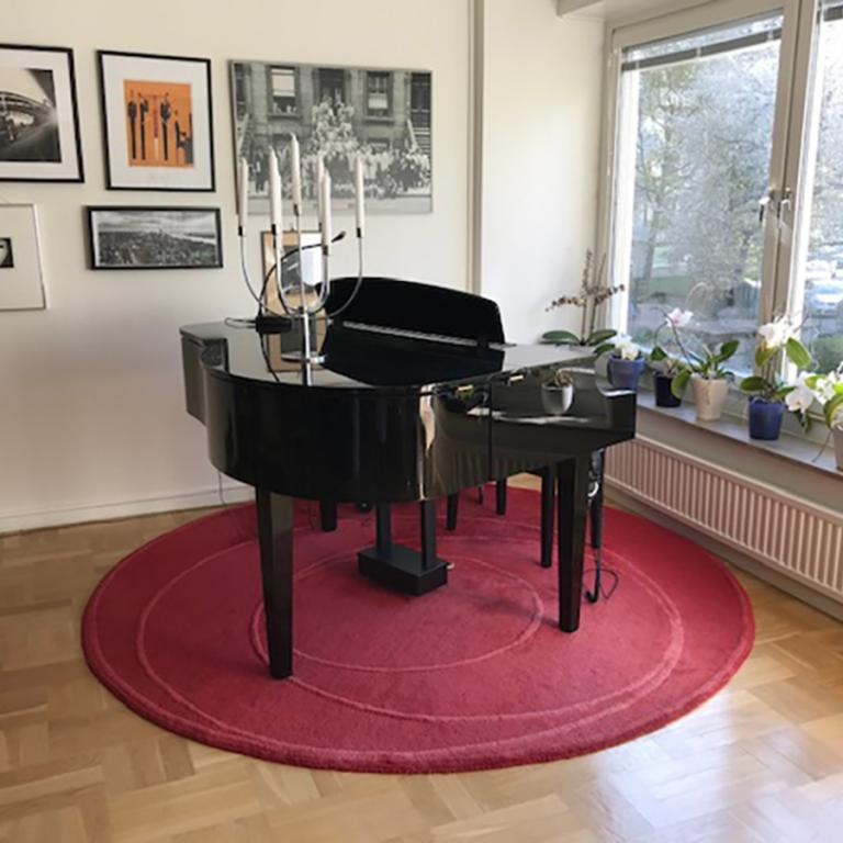 Hemma hos Johanna. Ett vardagsrum som snart blir fullt av musik. 22 maj.