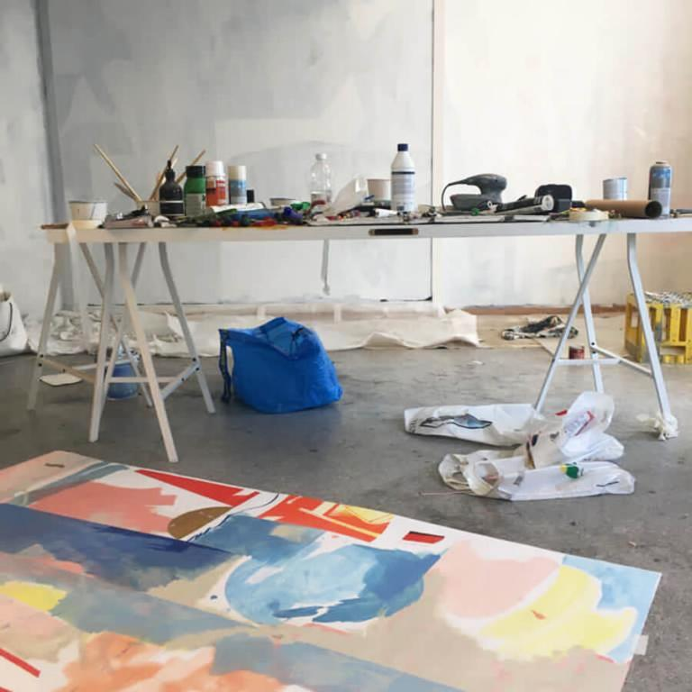Nicolay Aamodts studio, med en stor tavla på golvet