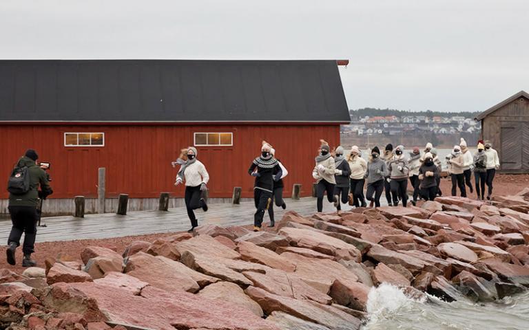 DunderDansare som springer i Sjökvarteret, för filminspelning. Foto: Tinca Björke