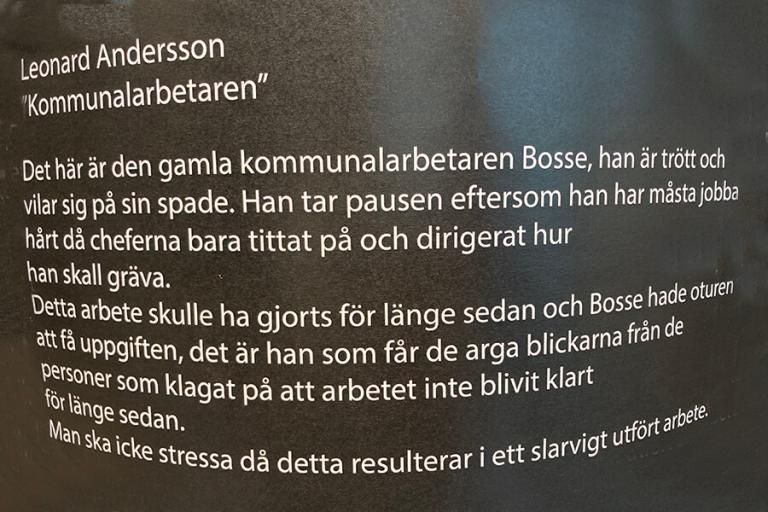 A picture of a Swedish text in the exhibition that explains the meaning of Leonard Anderssons art piece.