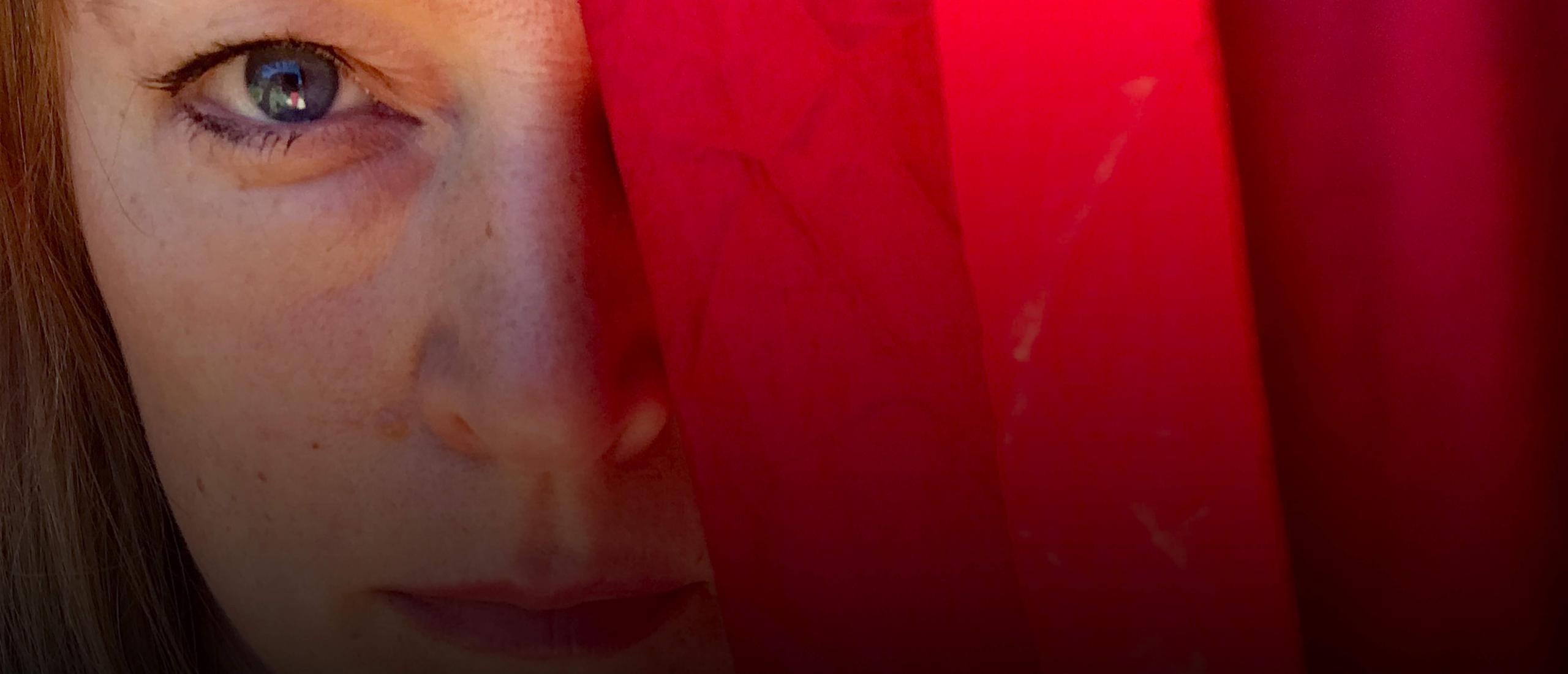 Camilla Heidenberg i konsertföreställningen Den röda rosen som streamas av Nordens institut på Åland